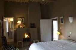 Chambre Chèvrefeuille : très belle chambre twins 30 m² avec cheminée avec deux lits twins en 90 cm et un divan.