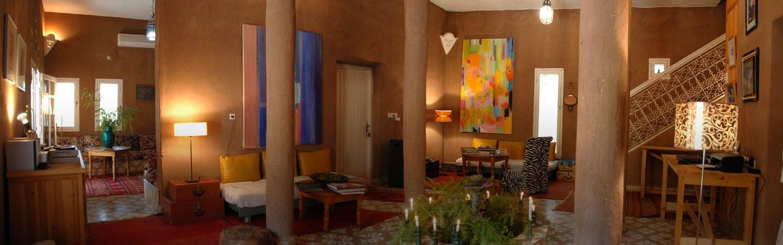 Les salons de la VILLA ZAGORA au MAROC. Le riad situé entre palmeraie et désert est très confortable et chaleureux.