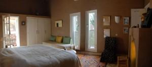Chambre Chèvrefeuille : très belle chambre 30 m² avec cheminée avec deux lits twins en 90 cm et un divan.