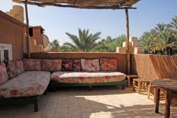 Six lits en tente berbère sur la terrasse, avec bains.